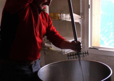 Fabrication du fromage de chevre du Refuge du Grenairon