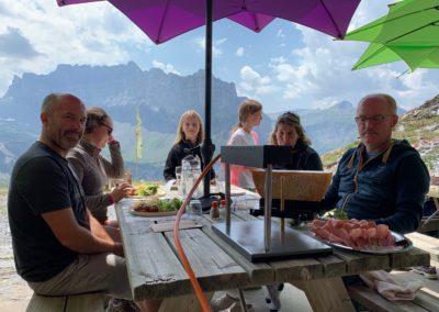 Personnes en terrasse au Refuge du Grenairon